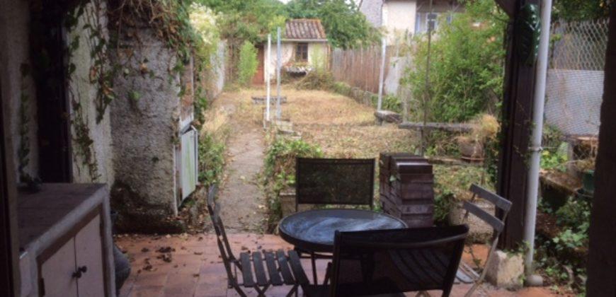 Maison de ville avec jardin et terrasse couverte – REF- 1523