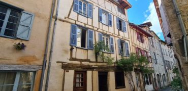 St Antonin  Magnifique maison du XVI e centre ville  rénovée  terrasses  idéal chambre d'hôtes ou crêperie REF 1664